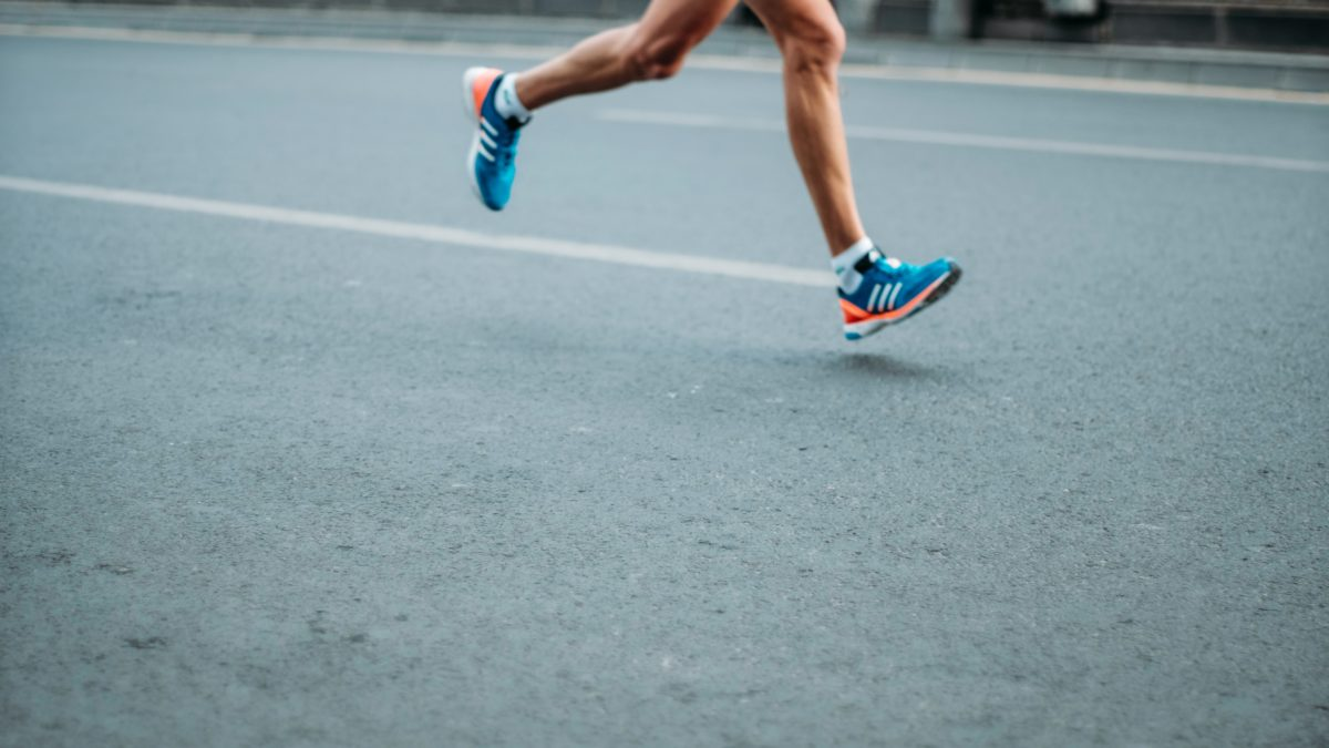 有酸素運動VS筋トレ 体脂肪を落とす効果が高いのは?